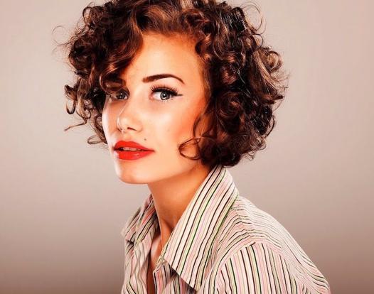 coupe cheveux frisés femme