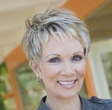coupe de cheveux court pour femme de 55 ans