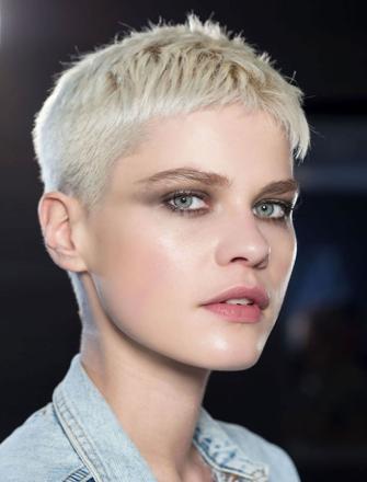coupe de cheveux très court femme