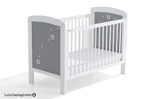lit bébé blanc et gris