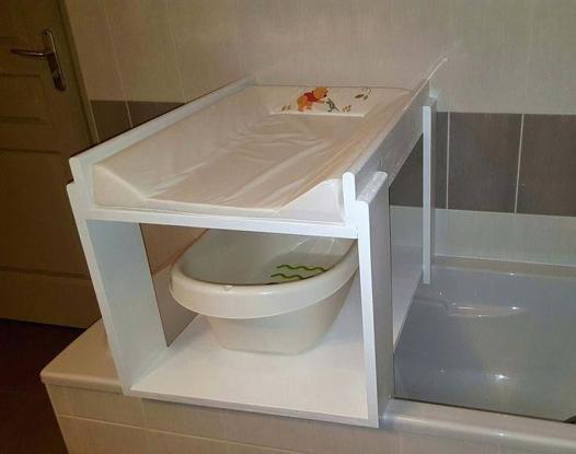 table à langer sur baignoire adulte