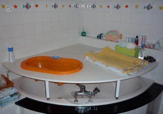 table à langer sur baignoire d'angle